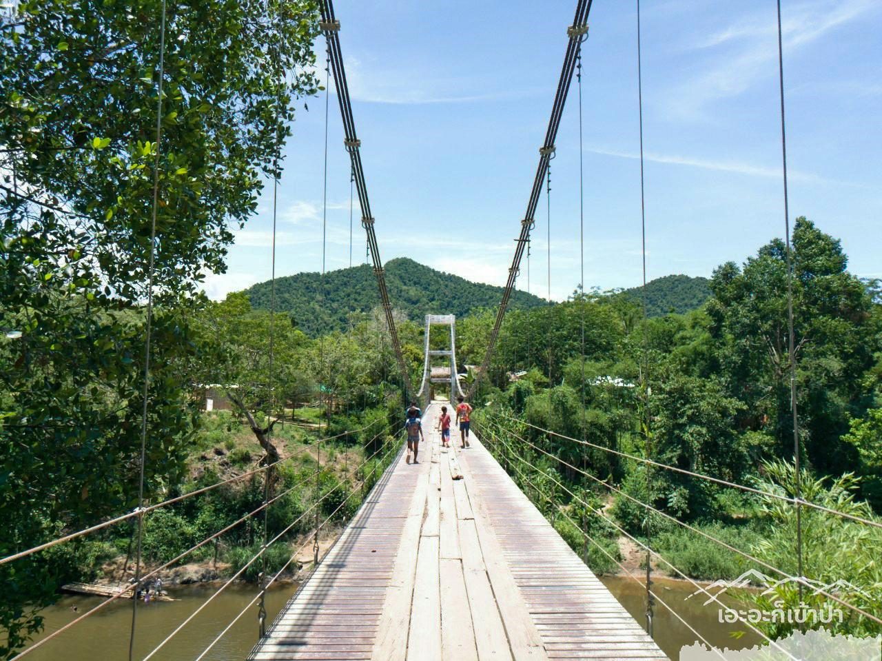 เด็ก ๆ ใช้สะพานเข้าหมู่บ้าน ไหว้นักท่องเที่ยวทุคน โป่งลึก อช แก่งกระจาน เพชรบุรี